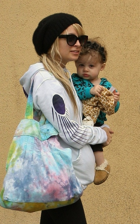 Nicole Richie & Harlow Take A Starbucks Run! 1/1