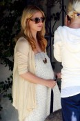 an expectant Sarah Michelle Gellar