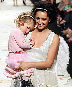 Keisha Castle-Hughes Takes To The Runway With Daughter ... Ryan Gosling Baby
