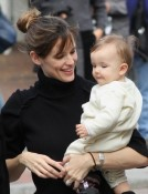 Jennifer Garner and daughter Seraphina visit Ben on set