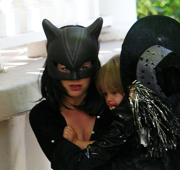 Isla Fisher and Olive go to a Halloween Party