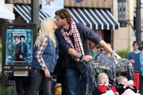 Tori Spelling and Dean McDermott smooch in LA