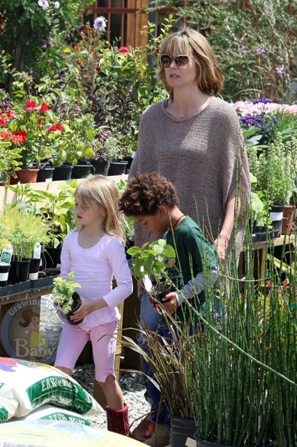 Leni and Henry Pick out Flowers