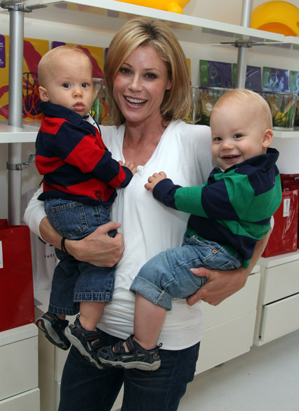 Julie Bowen Shows How She Breastfed Her Twins Photo