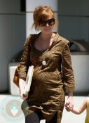 Isla Fisher Shows her growing belly