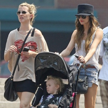 Ashlee and Pete Stroll With Bronx in NYC