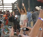 Alicia Keys danicing onstage with Lauryn Hill