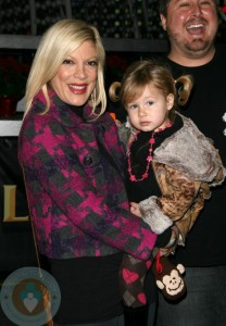 Tori Spelling with daughter Stella (Scout Masterson in the background)