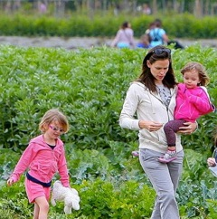 Jennifer Garner Takes Her Girls Veggie Picking!