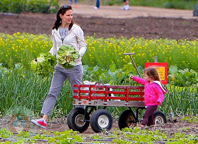 Jennifer Garner On The Farm With Daughter Seraphina Growing Your Baby