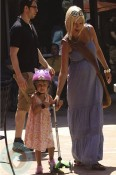 A pregnant Tori Spelling with daughter Stella