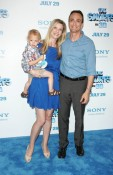 Hank Azaria with his family at smufs premiere