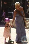 A pregnant Tori Spelling and daughter Stella out shopping