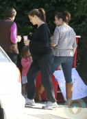 A pregnant Jennifer Garner buys lemonade from her girls!