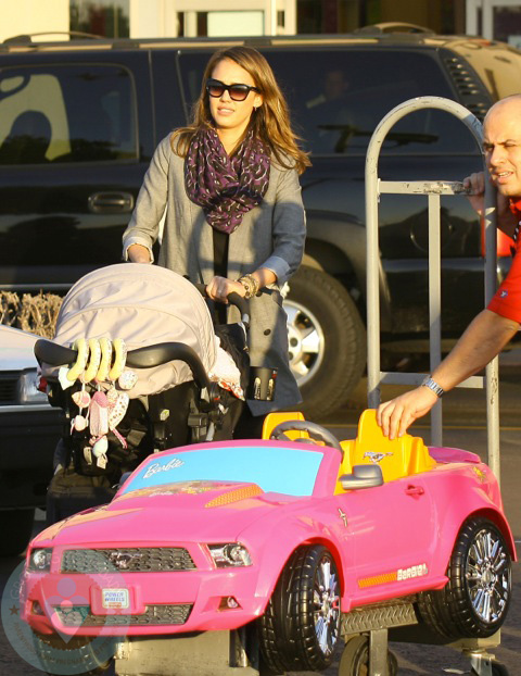 Jessica Alba out shopping at ToysRUS