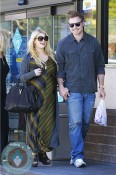 Pregnant Jessica Simpson and Eric Johnson do a pitt stop