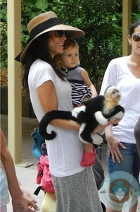 Bethenny Frankel & daughter Brynn at the zoo in Miami