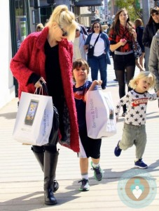 Gwen Stefani shopping with her boys Kingston and Zuma