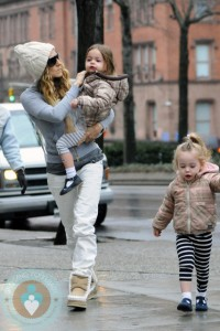 Sarah Jessica Parker carries daughter Marion to school