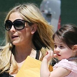 Sarah Michelle Gellar Picks Up Her Little Princess