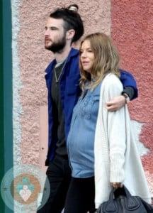 Pregnant-Sienna-Miller-with-boyfriend-Tom-Sturridge-in-Portofino,-Italy