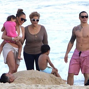 Jennifer Lopez and Casper Smart Play At The Beach With Max & Emme!