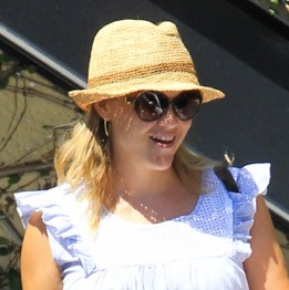 Reese Witherspoon and Her Daughter Ava Enjoy A Spa Day!