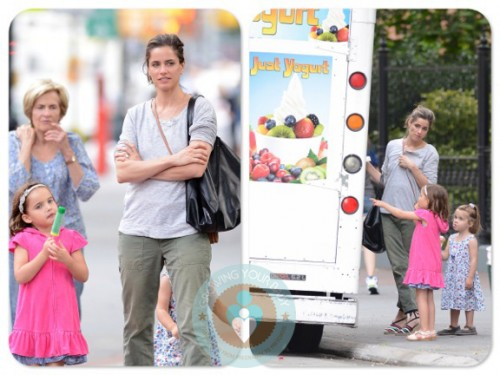 Amanda Peet at the ice cream truck with her daughter Molly ...