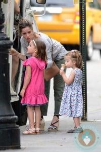 Amanda Peet grabs ice cream with her girls Molly And Francis Benioff
