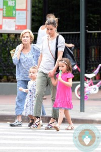 Amanda Peet grabs ice cream with her girls Molly & Francis Benioff