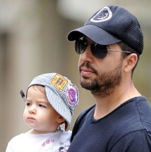 David Blaine Piggy Backs His Princess Through The City!