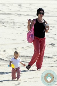 Alecia Moore with her daughter Willow at the beach