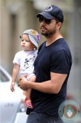 David Blaine strolls with his daughter in NYC