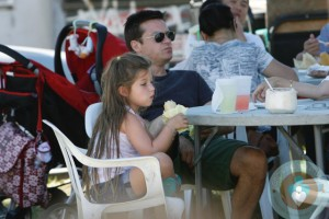 Jason Bateman having lunch with his daughter Francesca at the Farmer's market