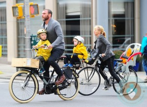 Liev Schreiber, Naomi Watts bikes through NYC with Samuel and Sasha