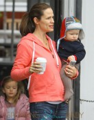Jennifer Garner and kids go for  breakfast at the Coutnry Mart in Brentwood