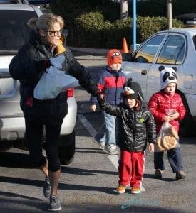Julie Bowen Takes Her Kids To Farmers Market In Studio City