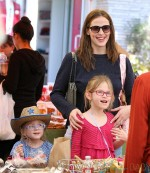 Jennifer Garner Takes Her Daughters To The Farmer's Market