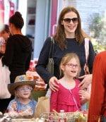 Jennifer Garner Takes Her Daughters To The Farmer's Market