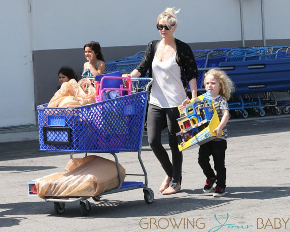Pregnant Jessica Simpson & Family Shopping At Toys 'R' Us