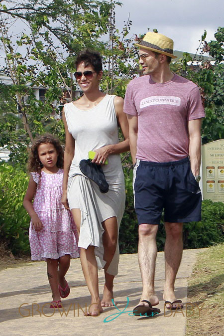 Halle Berry and Olivier Martinez take her daughter Nahla for a stroll on the beach in Hawaii