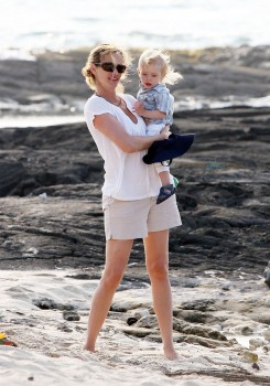 Julia Roberts and her three children, Hazel, Phinnaeus, and Henry enjoy their Hawaiian vacation