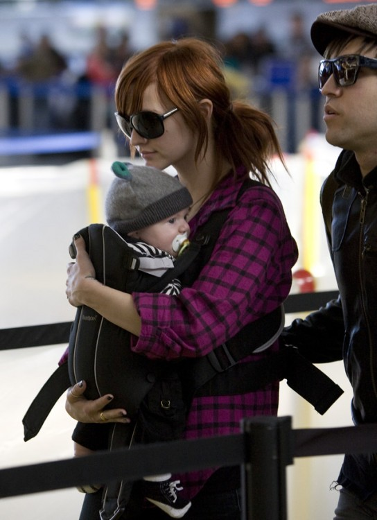 ashlee+simpson arrives in London with Baby Bronx
