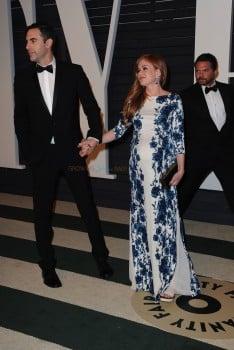 A very pregnant Isla Fisher & husband Sacha Baron Cohen at the 2015 Vanity Fair Oscar Party