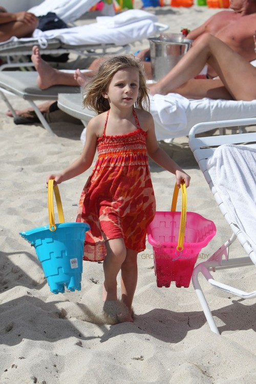 Bethenny Frankel hist the beach with daughter Bryn