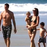 Tom & Gisele Enjoy A Beach Stroll With Their Kids!