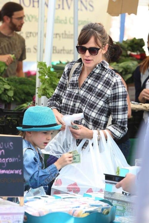 Jennifer Garner at The Market With Sam & Seraphina