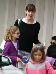 Jennifer Garner at the market with daughters Seraphina and violet
