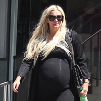 A Very Pregnant Ashlee Simpson Shops in LA