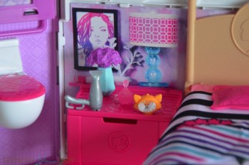 Barbie's GLAM Getaway House - dresser with accessories